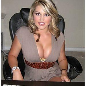 Photo d'une directrice sexy à la grosse poitrine